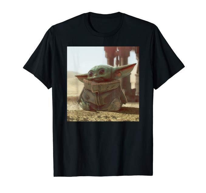 """Ein T-Shirt mit einem Print, das Baby Yoda aus der Serie """"The Mandalorian"""" abbildet"""