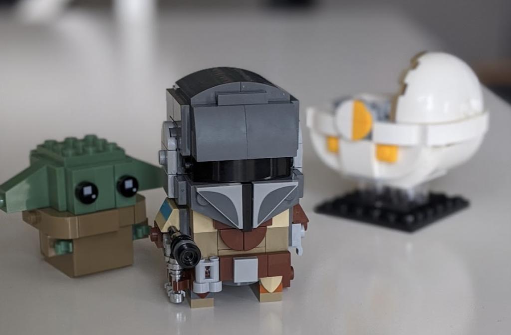 The Mandalorian, baby Yoda und die Wiege aus LEGO.